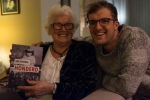 Mevrouw Voogel neemt het eerste exemplaar van het boek in ontvangst.